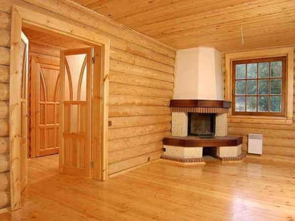 Покрытие стен комнаты прозрачными лаками с сохранением цвета и текстуры волокон бруса