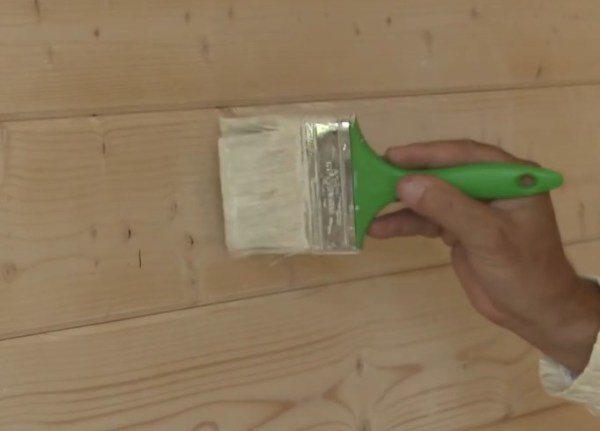 Покрываем панели грунтовочным составом.