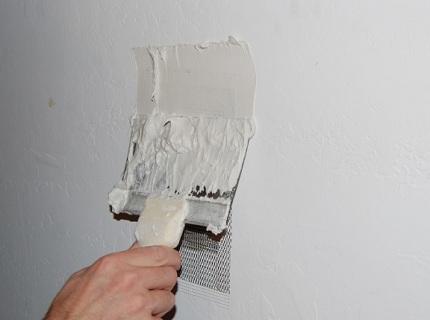 Полимерий материал позволяет провести отделку очень тонким слоем по стене
