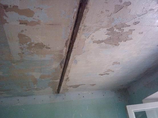 Порой качество укладки плит перекрытия не оставляет надежд на простое решение.