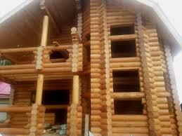 После того, как бревенчатый дом построен, его надо отделать.