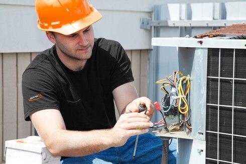 Последовательность отделки стен обязательно предусматривает в первую очередь отключение и изоляцию электропроводки