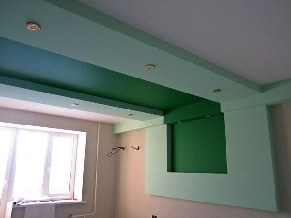 Потолочная конструкция может переходить на стену, это усложняет работу, зато и результат получается интереснее