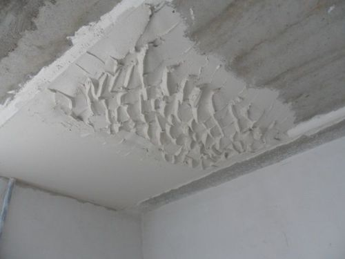 Потолок куда проще выровнять гипсовой штукатуркой.
