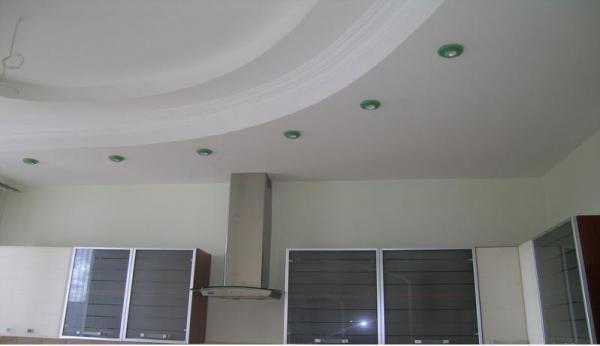 Потолок на кухне может быть очень и очень сложным