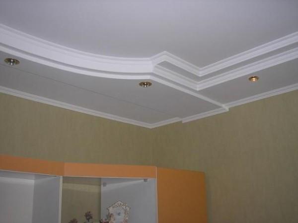 Потолок облицован потолочными листами из гипсокартона.