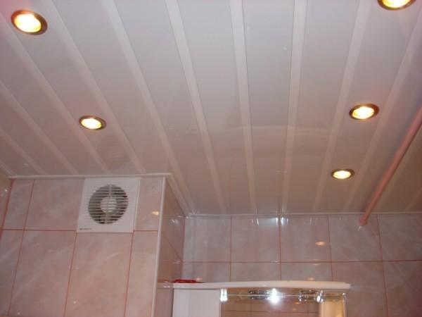 Потолок отделанный пластиковыми панелями