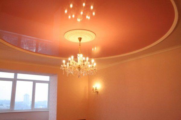 Потолок под цвет персиковых стен можно также колорировать, но на несколько тонов темнее или светлей