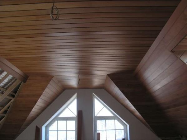 Потолок покрытый шпоном
