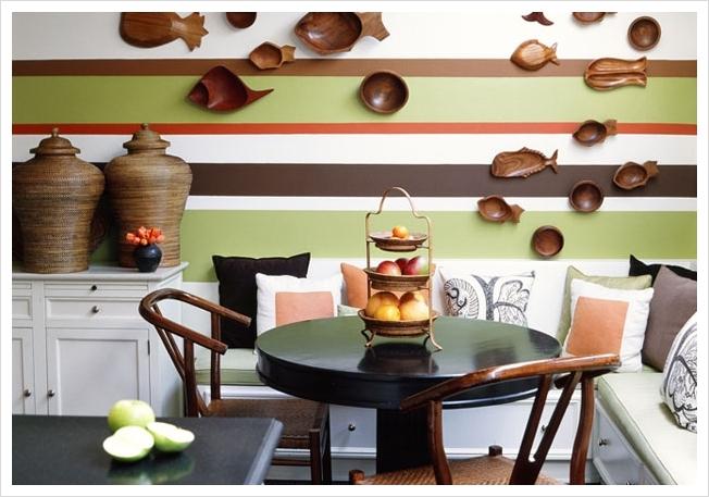 Превосходное сочетание полос и деревянных элементов декора
