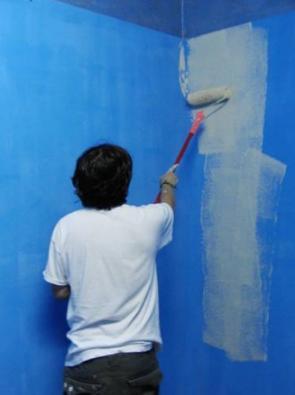 Прежде чем перекрашивать стены, нужно убедиться, что новое и старое покрытие будут совместимы.
