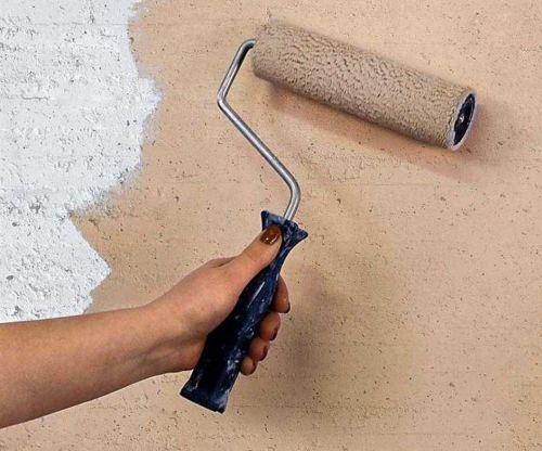 Прежде чем шпатлевать и красить, стену нужно обработать грунтующей жидкостью