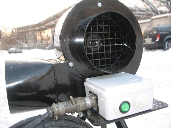 При грунтовании внутренней поверхности емкости устанавливается переносная система вентиляции.