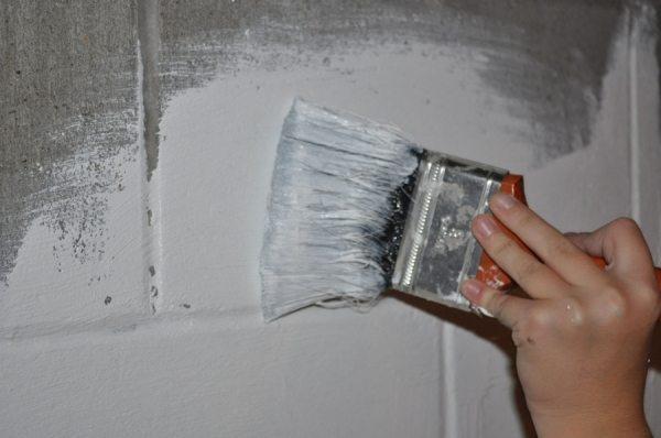 При использовании грунтовки можно наносить краску всего в один слой даже на такие материалы, как шлакоблок или меловой камень, но только если поверхность полностью пропиталась