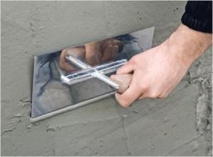 При нанесении штукатурки важно распределить ее по поверхности равномерно