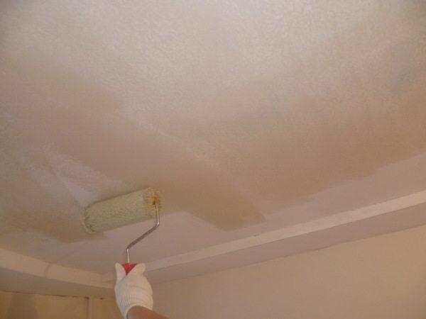 При работах на потолках, вопрос, нужно ли грунтовать перед шпаклевкой, даже и не встаёт, учитывая, что она способствует значительному уменьшению расхода материала и нервов мастера