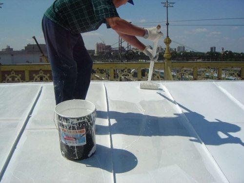 При решении вопроса, сколько стоит покрасить крышу, обязательно учтите, что покраску необходимо будет провести в два, а то и в три слоя (на фото – уже работа на втором слое)