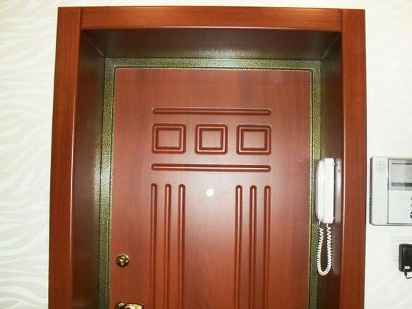 При установке современных металлических входных дверей предусматривается и установка доборов.