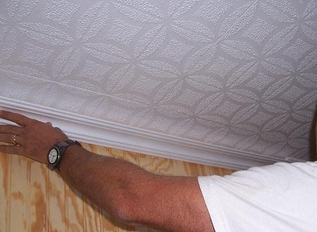 Применение плинтуса из пенополистирола значительно улучшает внешний вид потолка