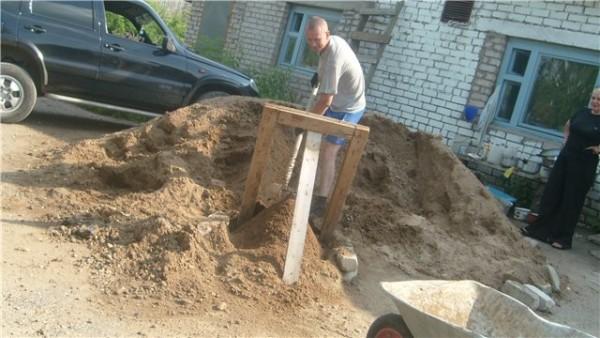 Применение самодельного сита для песка