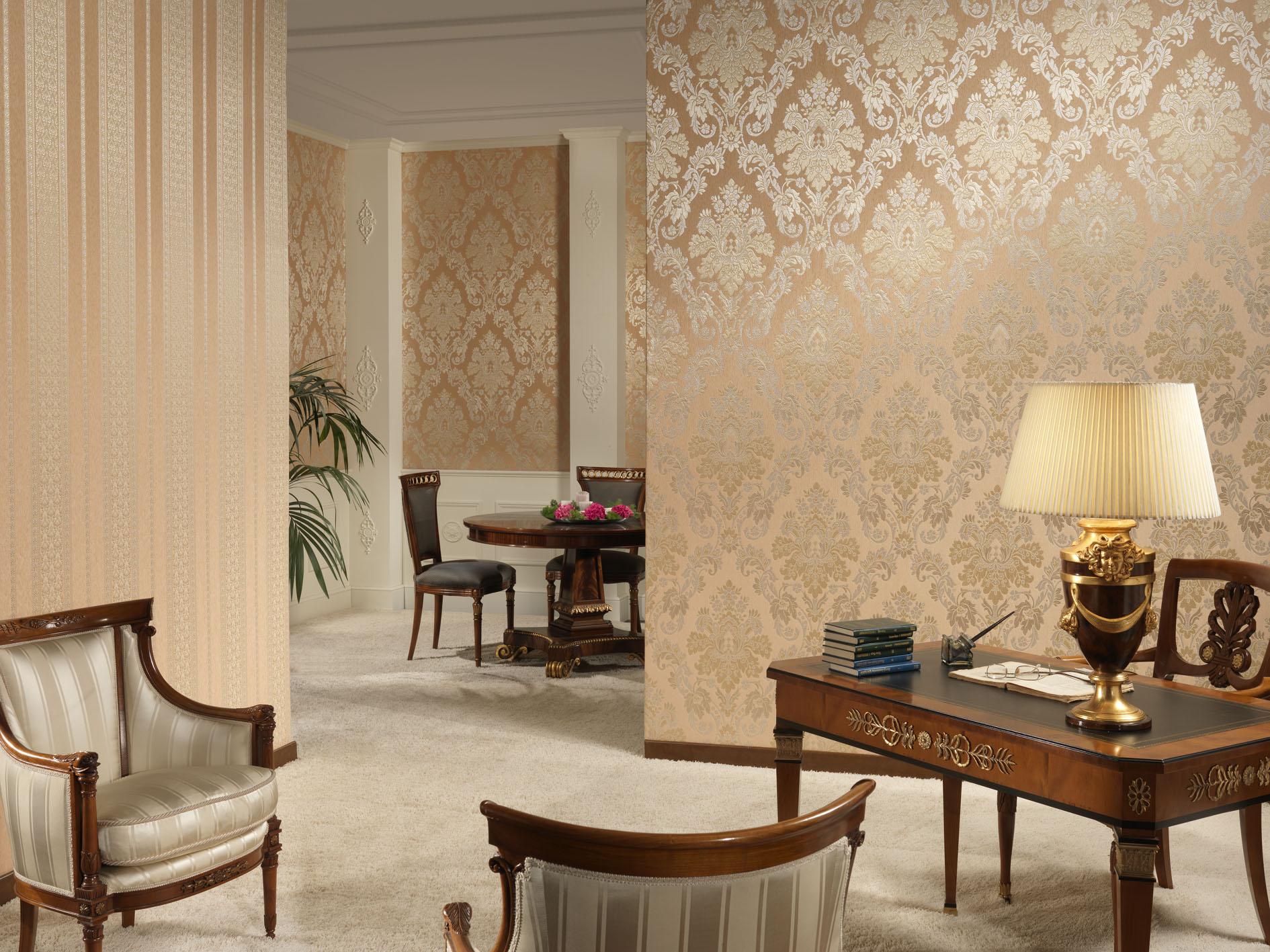 Пример декорирования стен обоями в одном цветовом исполнении, но с разным орнаментом