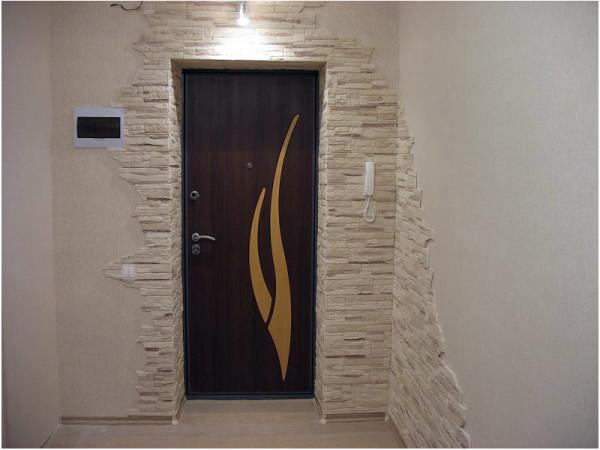 Пример использования декоративного камня в интерьере прихожей