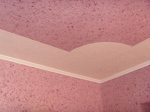 Пример использования жидких обоев на потолке
