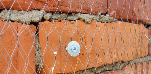 Пример крепления сетки к стене