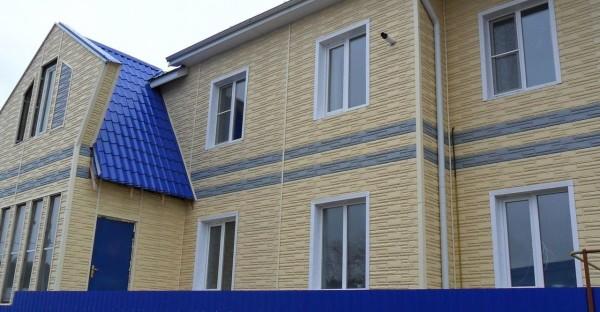 Пример отделки фасада цокольным сайдингом