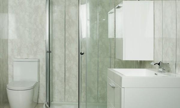Примеры отделки ванной комнаты пластиковыми панелями можно найти на сайтах строительных компаний.
