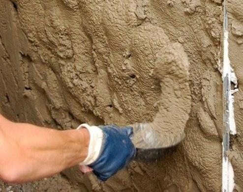 Принцип наброса смеси ничем не отличим от цементной штукатурки