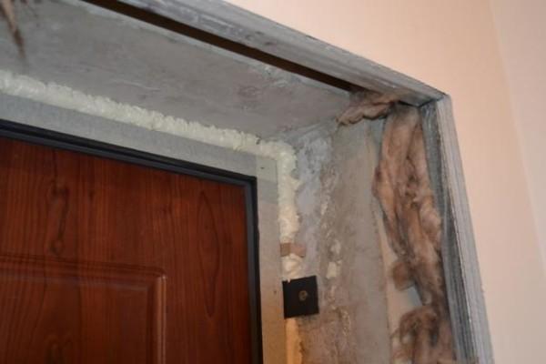Проем после установки металлической двери выглядит непрезентабельно и требует завершающих работ.