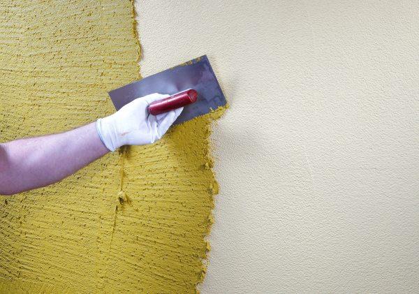Профессиональные мастера обычно добавляют краситель в раствор шпатлевки, чтобы в процессе эксплуатации, при незначительном повреждении поверхности, не получались белые полосы