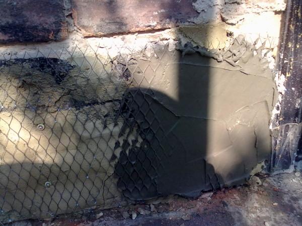 Профессиональные мастера рекомендуют сначала нанести небольшое количество раствора на поверхность, чтобы произвести выравнивание