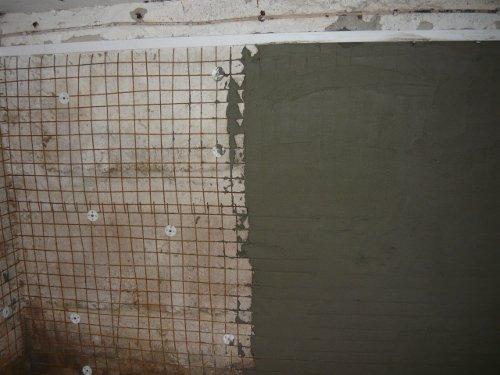 Процесс нанесения штукатурки на стены погреба