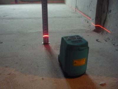 Проверка горизонтали бетонной стяжки