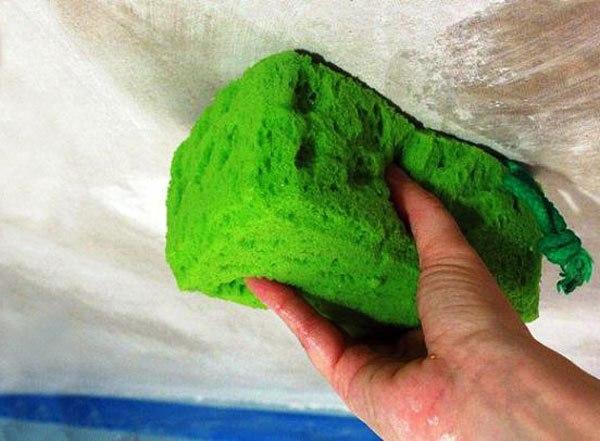 Проверяем и удаляем водоэмульсионную краску с поверхности перед шпаклеванием
