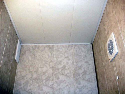 ПВХ панели - недорогое и практичное решение для влажного помещения.