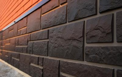 ПВХ панели, установленные поверх цоколя