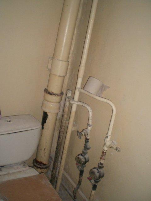 Рано или поздно трубам потребуется замена. После окончания ремонта доступ к ним должен сохраниться.