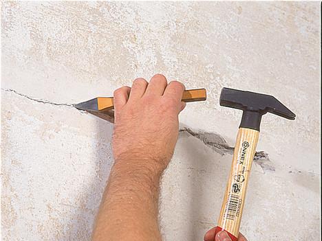 Расшейте трещину шпателем или зубилом до твердого слоя перед ее шпаклеванием
