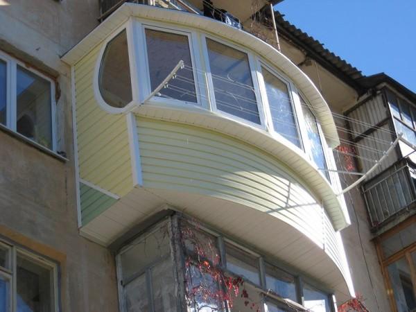 Расширенный балкон отделан сайдингом