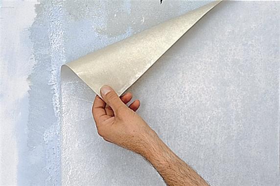 Раствор для снятия обоев делает клей мягким.