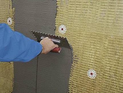 Раствор, нанесенный на утеплитель без армирующей сетки, не даст такой прочности и монолитной структуры слоя