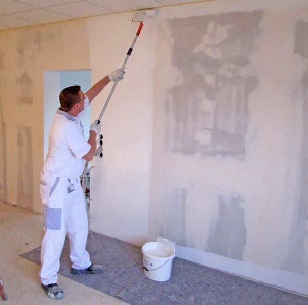 Раствор наносится на всю поверхность стен от пола до потолка