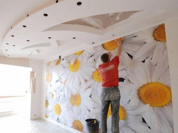 Разглаживание полотна на стене