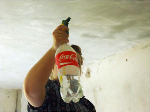 Размачивание поверхности потолка с использованием пульверизатора.