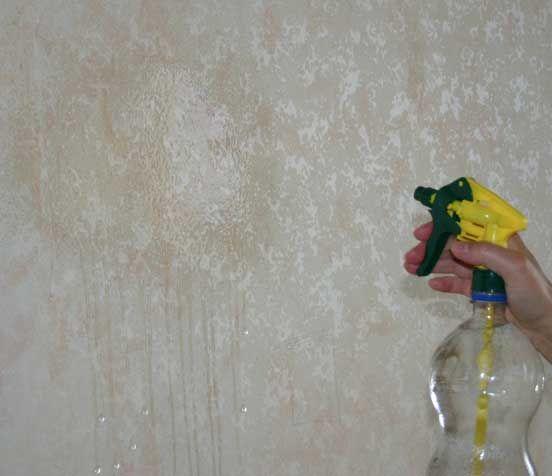 Размокшая бумага легко отойдет от стены.