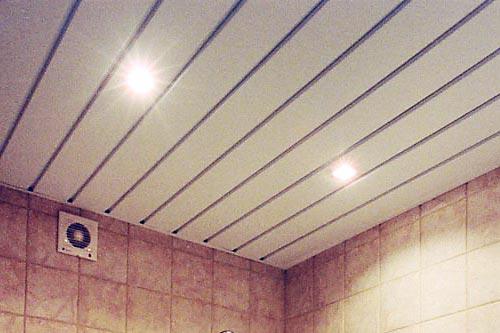 Реечный потолок смотрится очень хорошо, если он грамотно подобран под интерьер