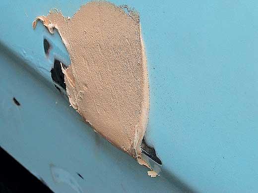 Ремонт металлической поверхности полиэфирной смесью